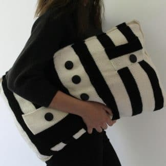 pattern to knit a cushion cover with black and white stripes